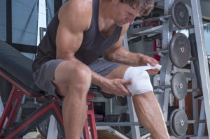 Man lifting weights that has a knee injury
